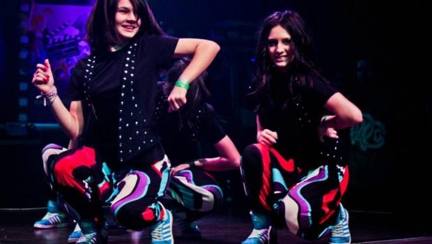 Doua dansatoare de la trupa de dans Jackpot Teens