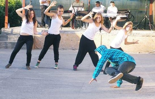 Dansatori ai trupei de dans First Move Crew