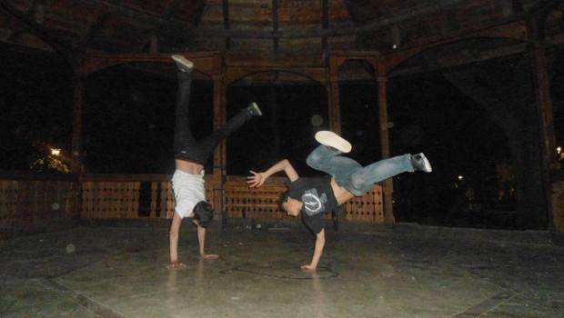 Doi dansatori ai trupei de dans Fly Boys